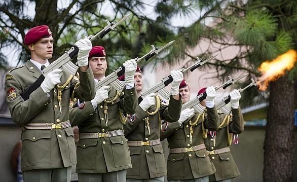 Foto: Čestná stráž vyprovodila padlé vojáky. / Army.cz