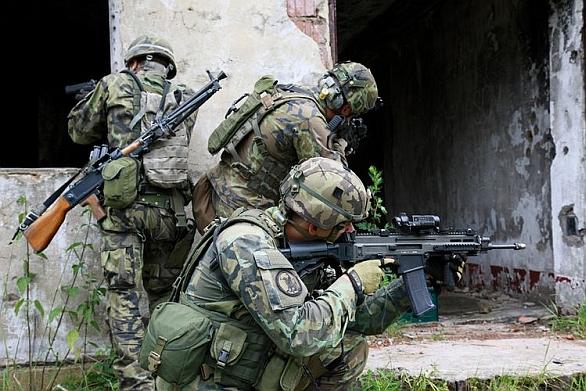 Vojáci zajišťují prostor
