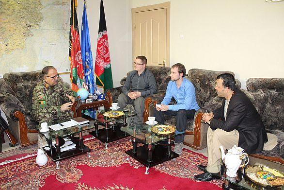 """Foto: Armádní noviny zpovídají velitele afghánských vzdušných sil generálmajora Abdula Wahab """"Wardaka"""":"""