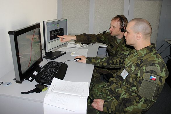 Foto: Členové 25. protiletadlové raketové brigády během štábního nácviku v Centru simulačních a trenažérových technologií v Brně / 25plrb