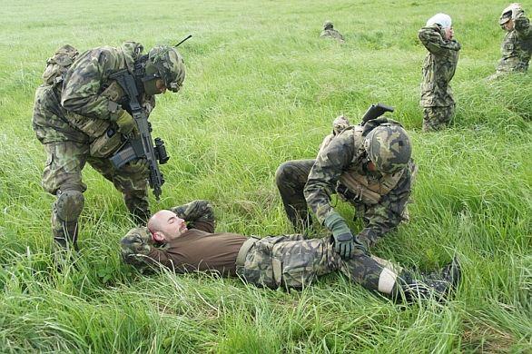 cvičení vojáci