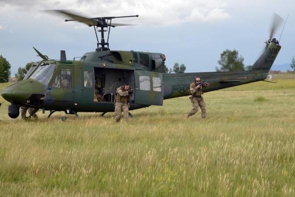 Foto: UH-1N slouží k přepravě speciálních komand zajišťující ochranu amerických jaderných zbraní; větší foto  Public Domain