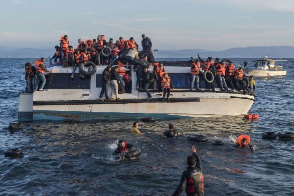Foto: Syrští a iráčtí uprchlíci na lodi z Turecka do Řecka; ilustrační foto / Ggia, CC BY-SA 4.0