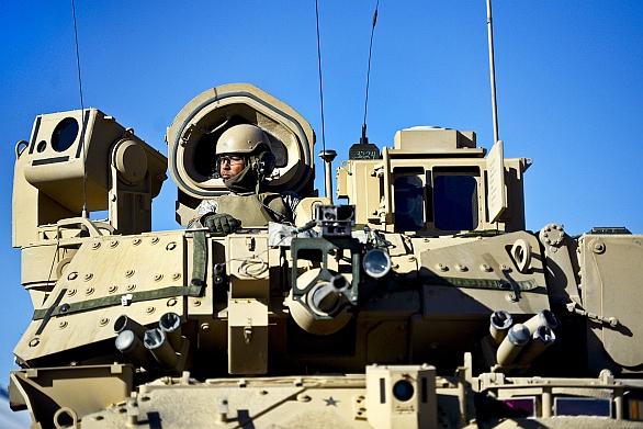 Foto: Americký voják ve vozidle M2 Bradley. / U.S. Army