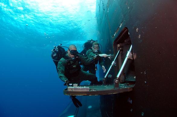 Foto: Členové jednotky Navy SEAL se naloďují na jadernou ponroku USS Hawaii (SSN 776); větší foto / Public Domain