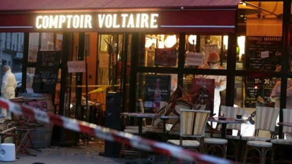 Foto: Policie prohledává místo teroristického útoku v kavárně Comptoir Voltaire. / AFP / Kenzo Tribouillard
