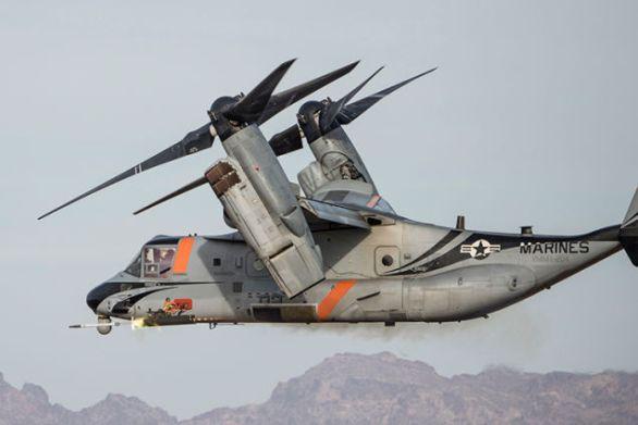 Foto: V-22 Osprey odpaluje rakety Hydra 70. V lafetovaném válcovém kontejneru najde místo 7 střel. / Boeing