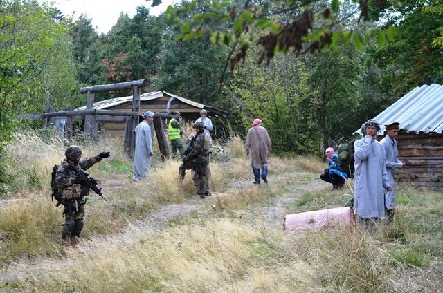Foto: vojáci při komunikaci s místními dělníky při jednom projektu. /