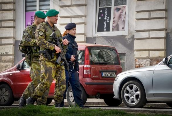 Foto: Společná hlídka vojáků a policistů v Praze. / Wikimedia