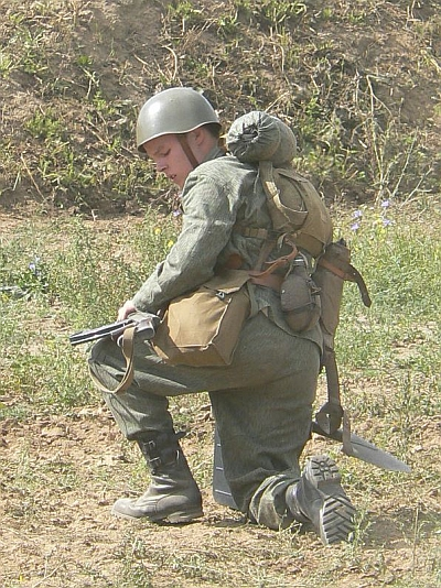 """Foto: Voják ČSLA s maskovacím """"jehličkovým"""" vzorem 63. / Volné dílo"""
