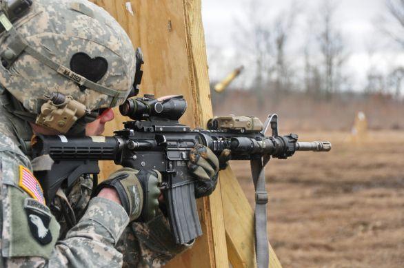 Foto: Voják s karabinou M4; ilustrační foto; větší foto / U.S. Army