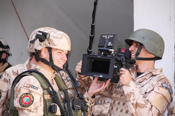 Foto: Roman Kašparovský za kamerou v Afghánistánu. / Army.cz