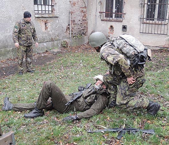 Foto: Zachránit vojáka pod palbou není nic jednoduchého. Nad vším bdí oko instruktora. / Autor