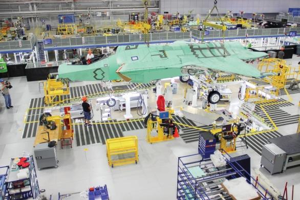 Foto: Výroba F-35. Méně vyrobených kusů znamená větší jednotkovou cenu; větší foto / Lockheed Marin
