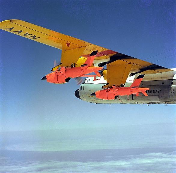 Foto: Myšlenka parazitních letounů není nová. Na obrázku cvičené cíle Ryan Firebee pod nosným a kontrolním letounem DC-130. / U.S. Navy