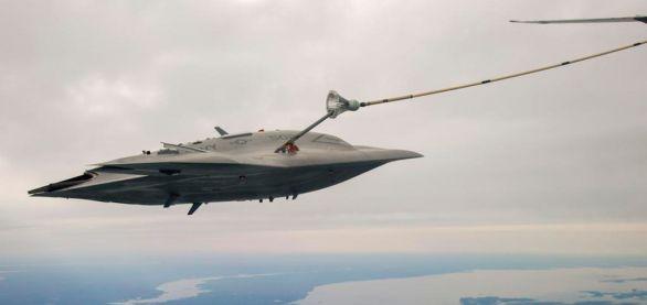 Foto: X-47B se připojuje ke vzdušnému tankeru; větší foto / U.S. Navy