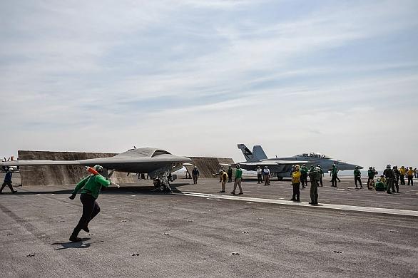 Foto: X-47B a F/A-18E společně na palubě letadlové lodi  USS Theodore Roosevelt. / US Navy