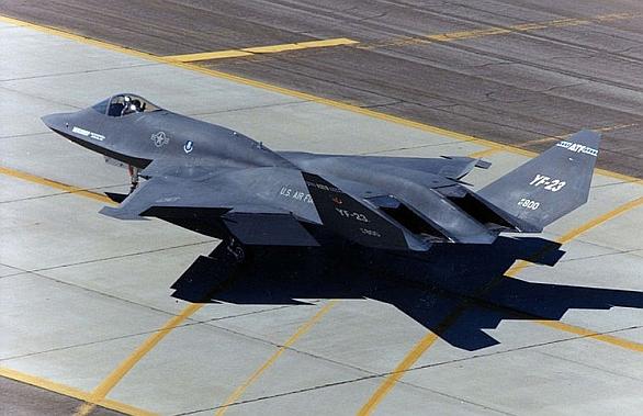 Foto: YF-23 doslova děsil armádní tradicionalisty. Letoun obětoval obratnost pro větší dolet, rychlost i vlastností stealth. Svůj boj před 25 lety prohrál. Vyhraje podobná koncepce příště?