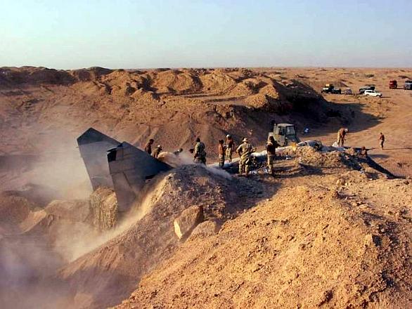 Foto: MiG-25 ´Foxbat´ našli američtí vojáci zahrabaný v písku západně od Bagdádu. / US Army