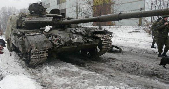 oto: Ukrajinský tank T-64BV zasáhla podkaliberní střela do čelního pancíře korby. Tank i posádka přežila. / Autor neznámý