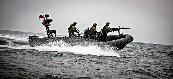 Foto: Útok na loď ORP Zbysko pomocí rychlých člunů. / polsofcom.pl